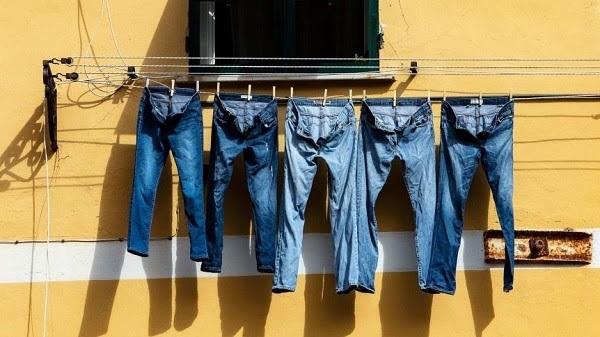 Phơi quần jeans bằng móc kẹp