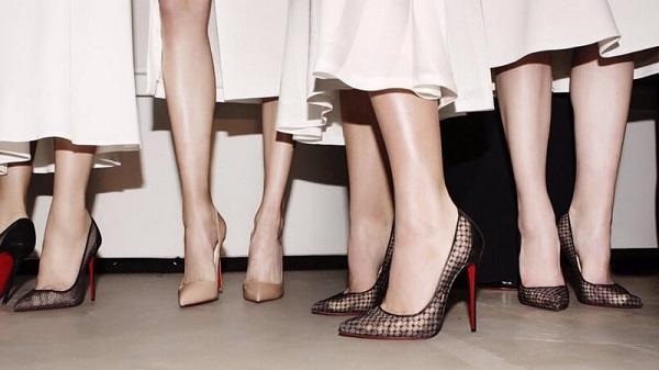 Chân nhiều sẹo mặc váy như thế nào