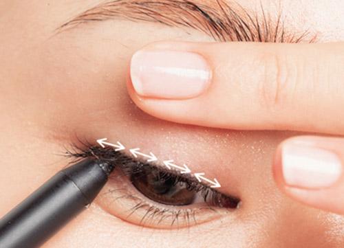 Cách Kẻ Eyeliner Bằng Bút Nước Theo Mí Mắt