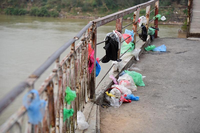Không nên vứt túi nilon bừa bãi sau khi thả cá chép