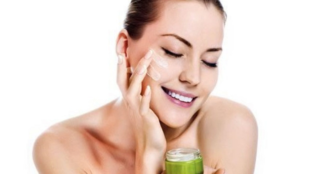 Làm sạch da mặt với sữa rửa mặt dịu nhẹ